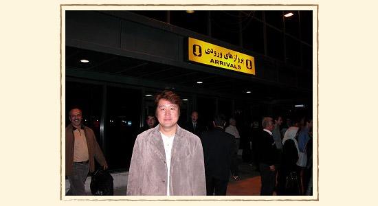 イランの空港内で記念撮影