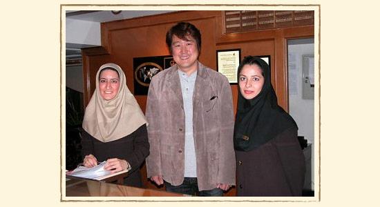 イランの女性とザクロ伝道師