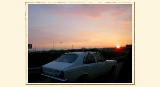 イランの美しい夕日と車