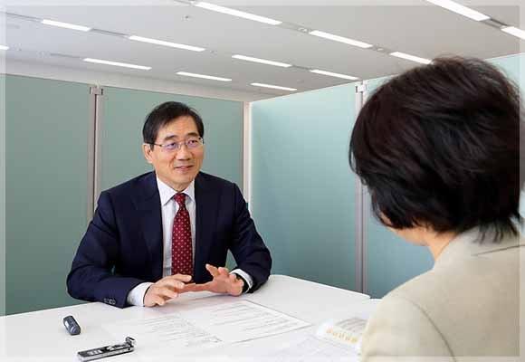 独占インタビューを受ける浅田院長とザクロ屋スタッフ